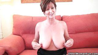 Classy großmutter in Strümpfen zeigt ihr großer Titten und Möse