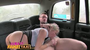 Frau versteckte Taxi Reporter receives versaute ficken scoop und Tief Blasen saugt