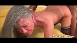 Grey haired Grossmutter genießt dicker schwarzer Lunte