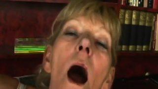Grossmutter blondine reitet younger Dildo bumsen rasierte Fötzchen