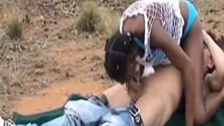 heiße afrikanisch Weiber pleasing eine fortunate Typ im Freien