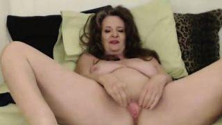 Kurvige Mutter Cynthia Lynn wird eine loud gekommen Orgasmus