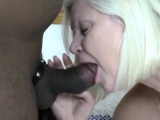 Lustful Oma handling ein mushroom tipped schlong
