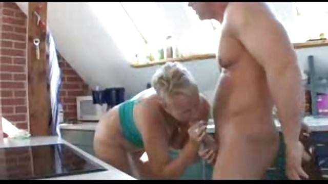 Mollige Hausfrau pisst in die Hose