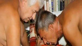 OmaHoteL zwei Männern spielt mit einen haarige Oma