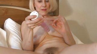 süß Mami Hazel May spielt mit ihre haarige Bumsloch