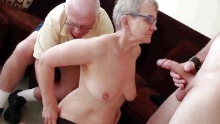 Grossmutter Ehemann Invite einem jung Stud zu Hammern ihrer