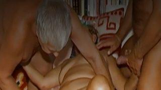 OmaHoteL zwei Kerlen spielt mit einen haarige reif Omi