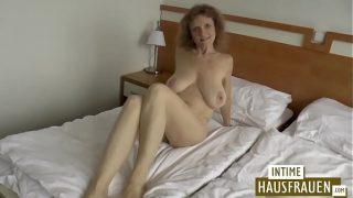 brünettes erfahrene Frau mit hanging Brüste
