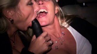Zwei notgeile Dame ficken im Taxi und werden gefilmt
