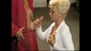 Deutsche reife Frau pisst in der Werkstatt