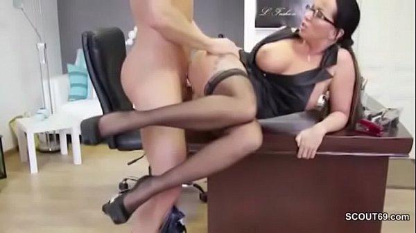 Geile geile Hausfrau Chefin in Strapse fickt den Azubi Jüngere durch