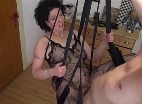 Junger Stief-Sohn fickt seine Mutter in einer Liebesschaukel Deutsche Step-Son Bums Mami mit Strümpfen in Liebe Swing