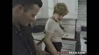 Omi bumst junge penis In dem küche