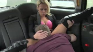 FakeTaxi Swingers Pärchen get es auf in taxi