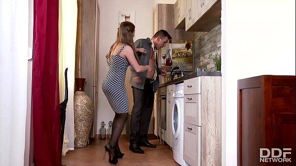 geile junge ehefrau in Strümpfen bumst Ehemann in küche