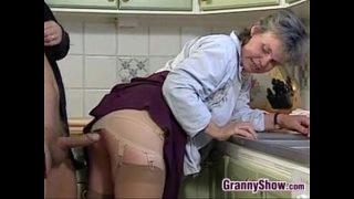Oma saugen und rödeln In der Küche