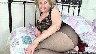 Britisch Grossmutter Clare Cream lowers ihrer tights und spielt