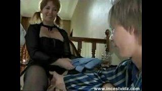 Britisch stiefmutter taking ihrer schüchtern stepsons Latte