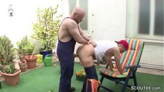 Deutsche junge Sohn versucht seiner Grossmutter zu Fick in Garden