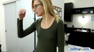 niedliche Amateur Studentin fickt für 1000 dollars in ein versteckte vorstellen