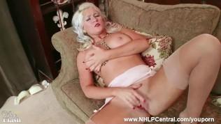 geile blondierte mit groß Brüste Lu Elissa wichst sich selbst off in rare Klassiker nylons und suspenders