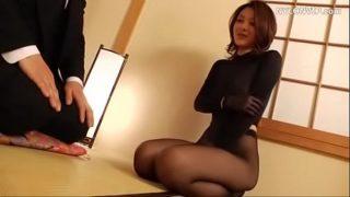 Japonesa viuda vestida en Nylon