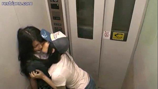 Две девки зажали парня в лифте