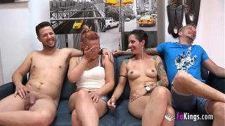Unexperienced Pärchen genießt einem Swinger session mit zwei experienced Pornofilm performers