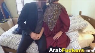 Arme arabisch Schlampe Desperate für Geld fickte großen Weiße Penis