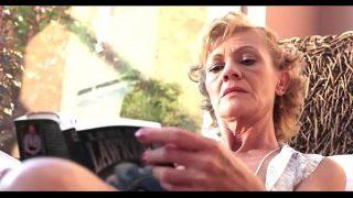 72 Jahr alte zierliche Grossmutter heftiger
