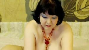 Dicke Titten Oma fickt sich mit Dildo vor der Webcam