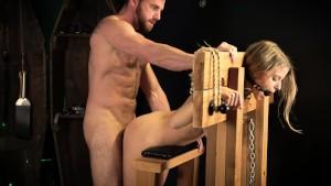 Auf dem Holzbock fest gemacht wo er mich von hinten nimmt