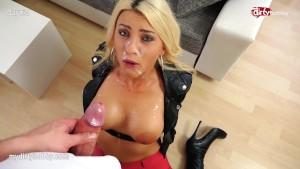 Fernfahrer fickt junger Blondine hart in den Arsch