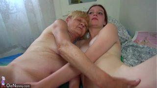 Geile Oma wichst mit der jungen Nachbarin