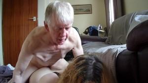 Alter Stiefvater nimmt sich seine Trans Stieftochter vor