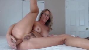 reife Hausfrau mit gepiercter Pussy fickt Arsch