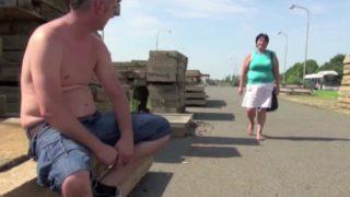Oma auf der Straße angesprochen und Spontan im Freien gefickt
