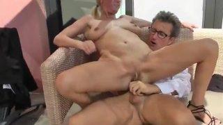 Sexy reife Frau mit großen schlaffen Titten wird von Geschäftspartner gefic