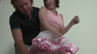 Kleiner, heißer Ballerina-Teenager von einem großen Schwanz gefickt