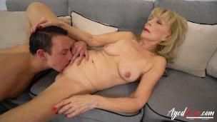 AgedLovE blondierte Dame flachgelegt heftig von Youngster