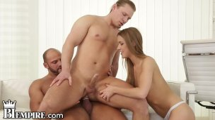 BiSexual BodyBuilder Drills Hinterpforte in MMF Dreier'