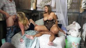 blondine Swinger Hausfrauen genießt zwei extrem Schwänze und sticky vollgewichst in privater porno Privates video'