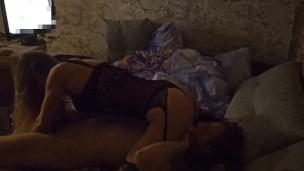 Brought an dem Haus eine junge hure dressed in eine versaute bodysuit blässt