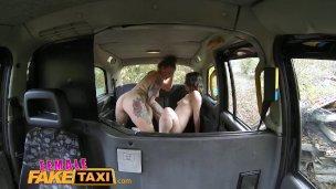 FemaleFakeTaxi Britisch spanische Lesbe Fickloch lecken Taxi Spaß'