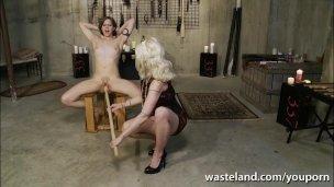 Herrin und Sklavin blondhaarige In Lesdom BDSM spielen'