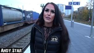 jung nutte schwangere auf railway station Toilet'