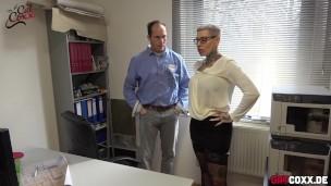Kurzhaariger Sekretärin im Büro hart in den Arsch gebumst