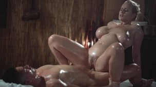 Massage Zimmer Geile geile Frau mit große Natürliche Brüste gibt oily titwank'