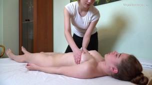 schlankes Brüste und geiler Gesäß Cili massaged von lesbische Freundin'